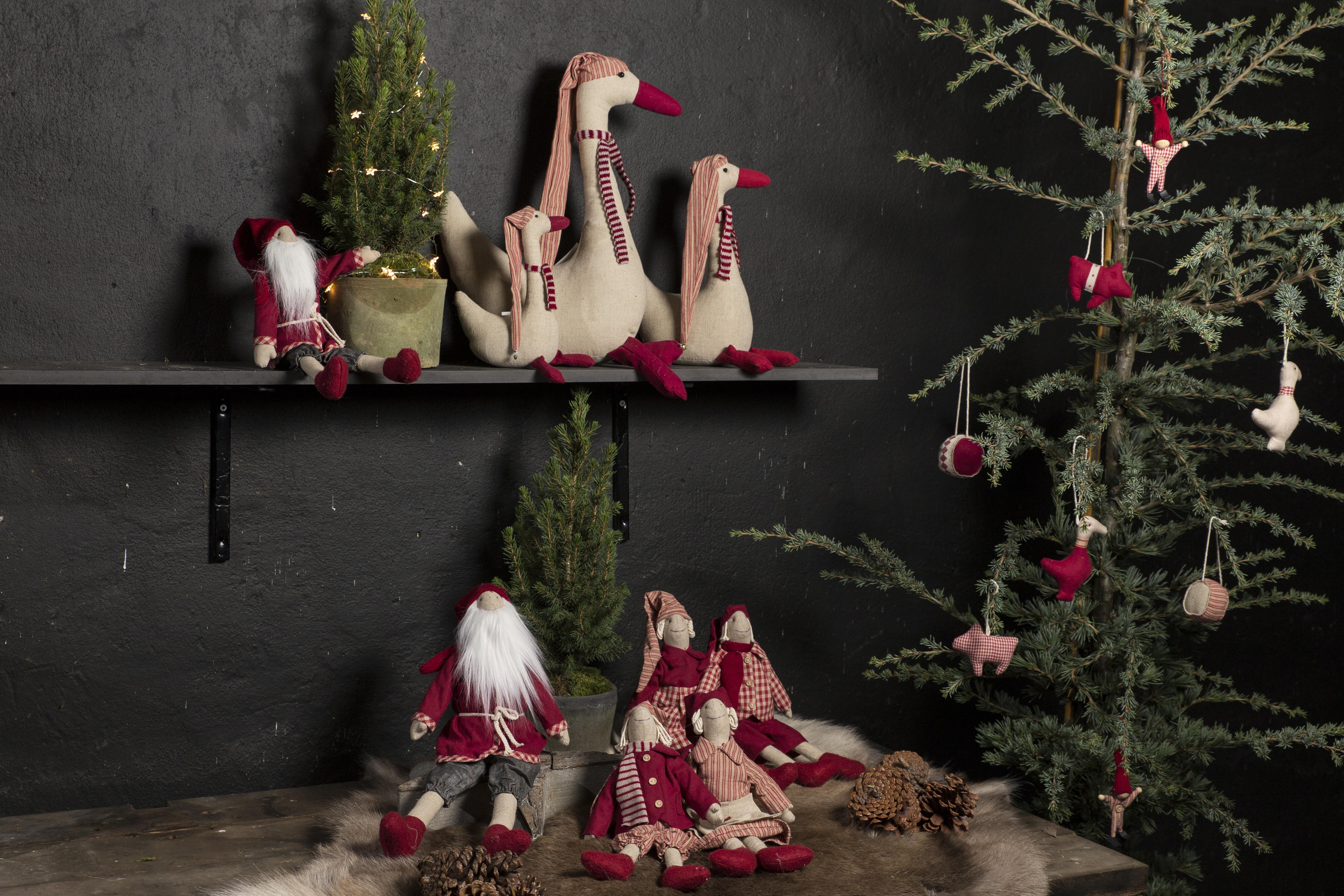 Usædvanlig Julepynt - vi har mange søde nisser og led lyskugler og pynt der DE84